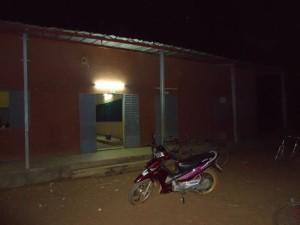 Außenbeleuchtung an Schulgebäude