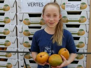 Sophia mit leckeren Mangos