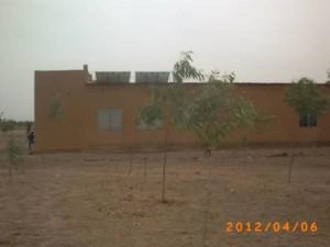 Schule mit Solarmodulen