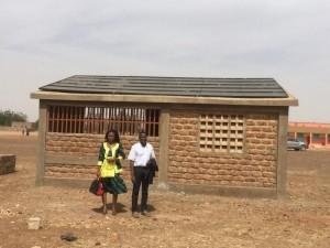 Technikgebäude mit Solarmodulen in Guibtenga