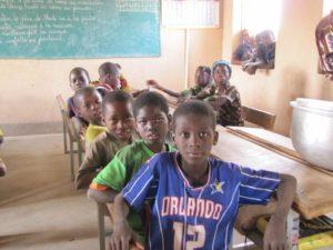 Schüler an ihren Schulbänken