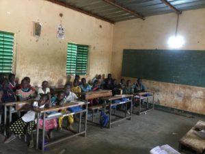 Klassenzimmer mit elektrischer Beleuchtung