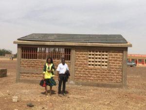 Technikgebäude mit Solaranlage