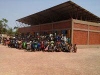 Fertiges Schulgebäude in Dapoya mit Kindern