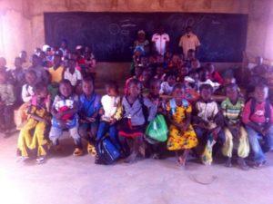Schulklasse im neuen Klassenzimmer