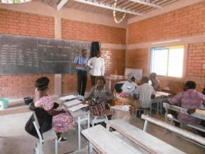 Passam und Rektor im Klassenzimmer