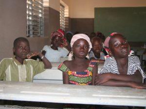 SchülerInnen im neuen Klassenzimmer