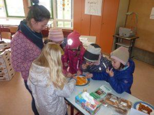 Grundschulkinder testen die leckeren Mangos