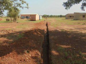 Graben mit Gebäude der Berufsschule
