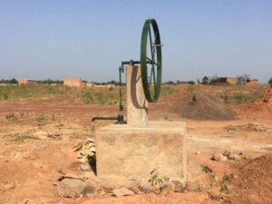 Fertiger Brunnen mit Kurbelradantrieb