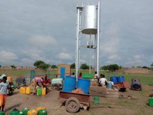 Wasser holen am neuen Solar-Brunnen