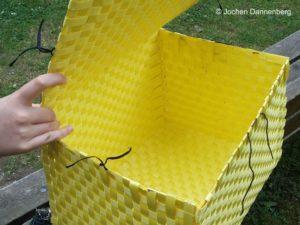 Korb aus Kunstoffbändern geflochten
