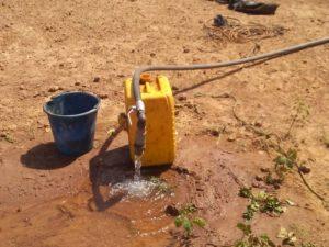 Wasserkanister bei Brunnen
