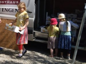 Tüchtige Helferinnen beim Kisten abladen