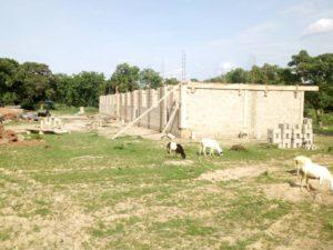 Schulgebäude wird gemauert